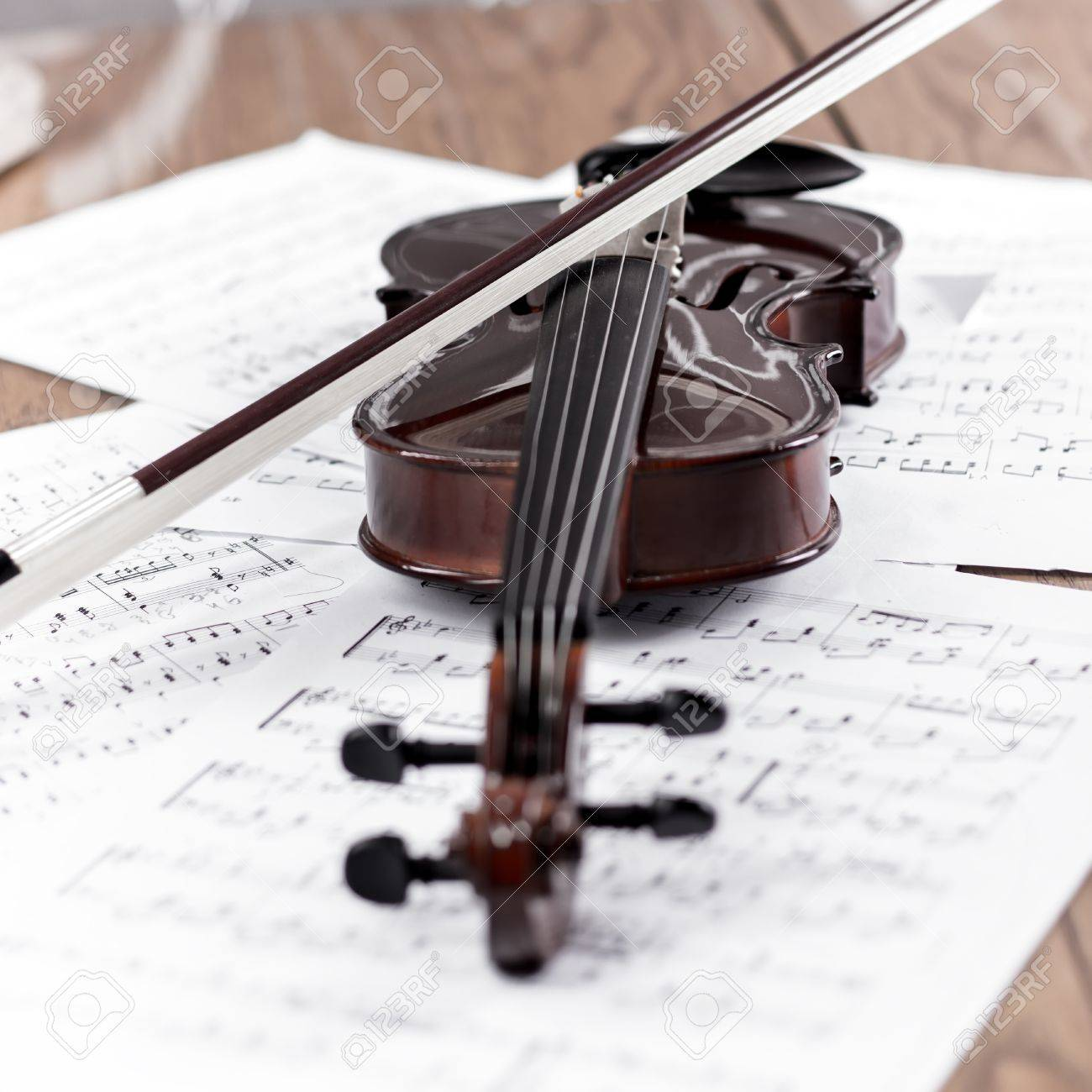 Violin with bow and music sheet Stock Photo - 17931655
