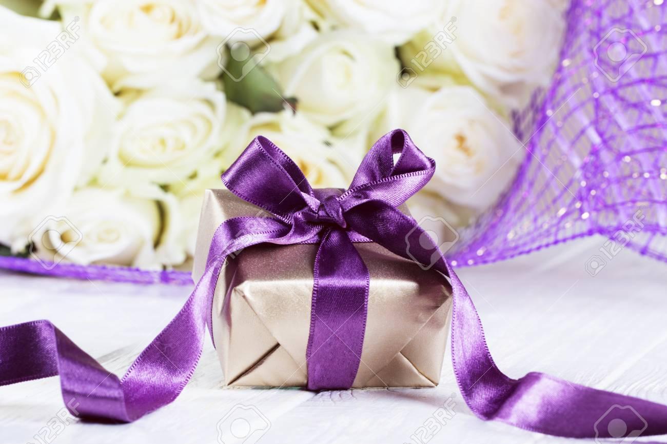 Boîte De Cadeaux Présents Fleurs Roses Et Boîte Cadeau Avec Ruban Sur La Table Lumineuse Carte De Voeux Pour Les Femmes D Anniversaire Ou La Fête