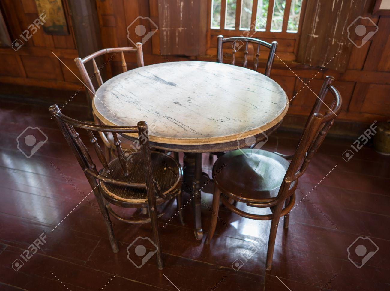 Tavolo Di Marmo.Tipico Tavolo Di Marmo In Stile Cinese E Sedie In Vecchio Negozio Di Caffe