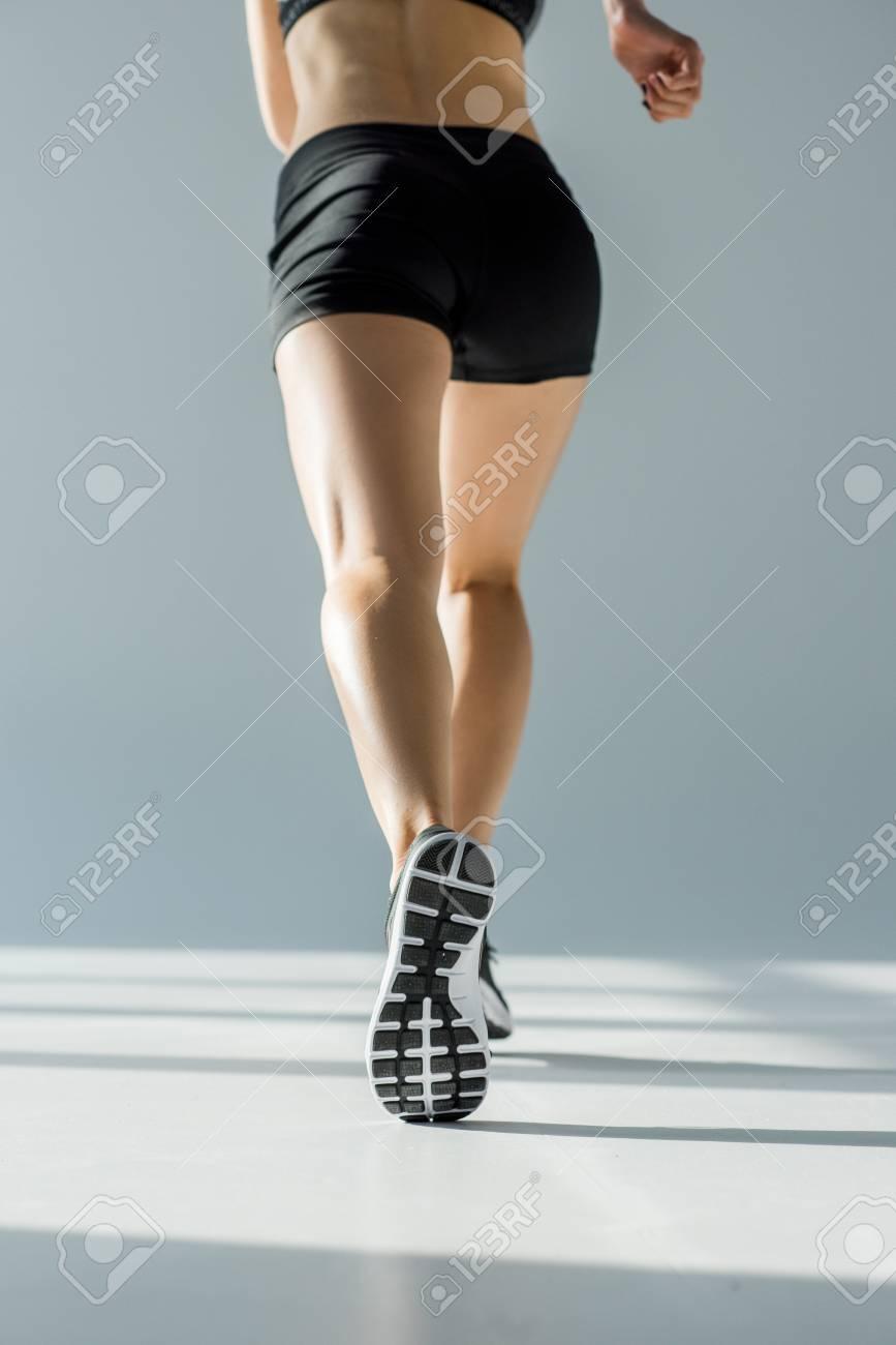 564176528bfc3 Banque d'images - Vue de dos de la femme en cours d'exécution dans l'habillement  sportif