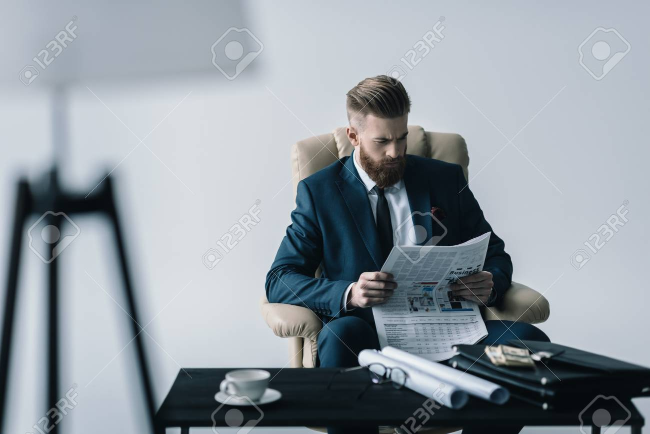 Homme d affaires américain avec journal u photographie
