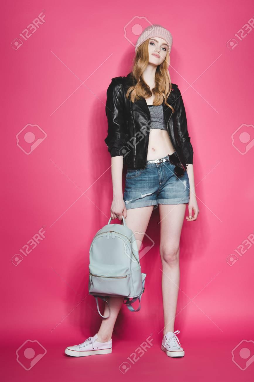 b411c9db64 Banque d'images - Femme hipster en veste en cuir avec sac à dos sur rose