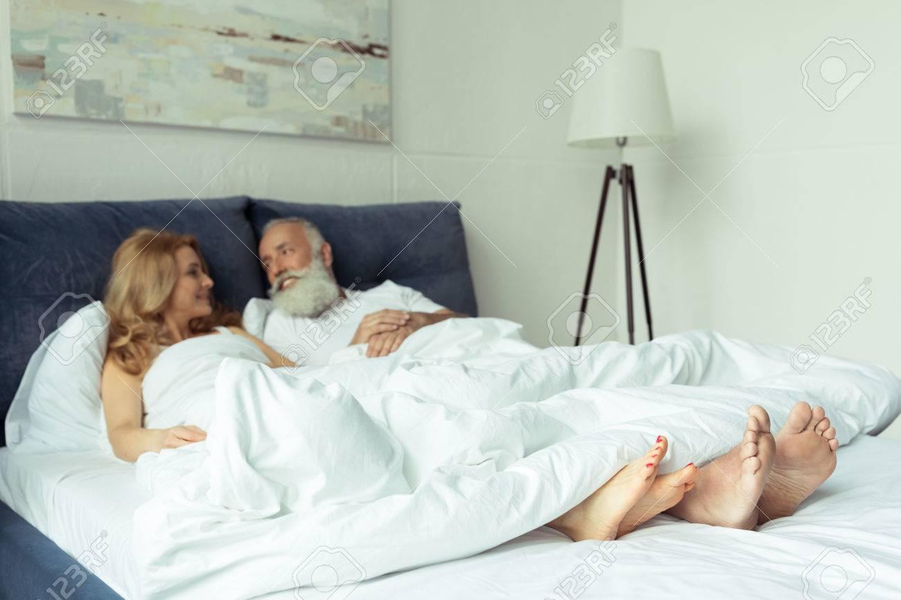 Секс в кровати под одеялом трахались так что сломали кровать, девушка испытала оргазм и кончила струей