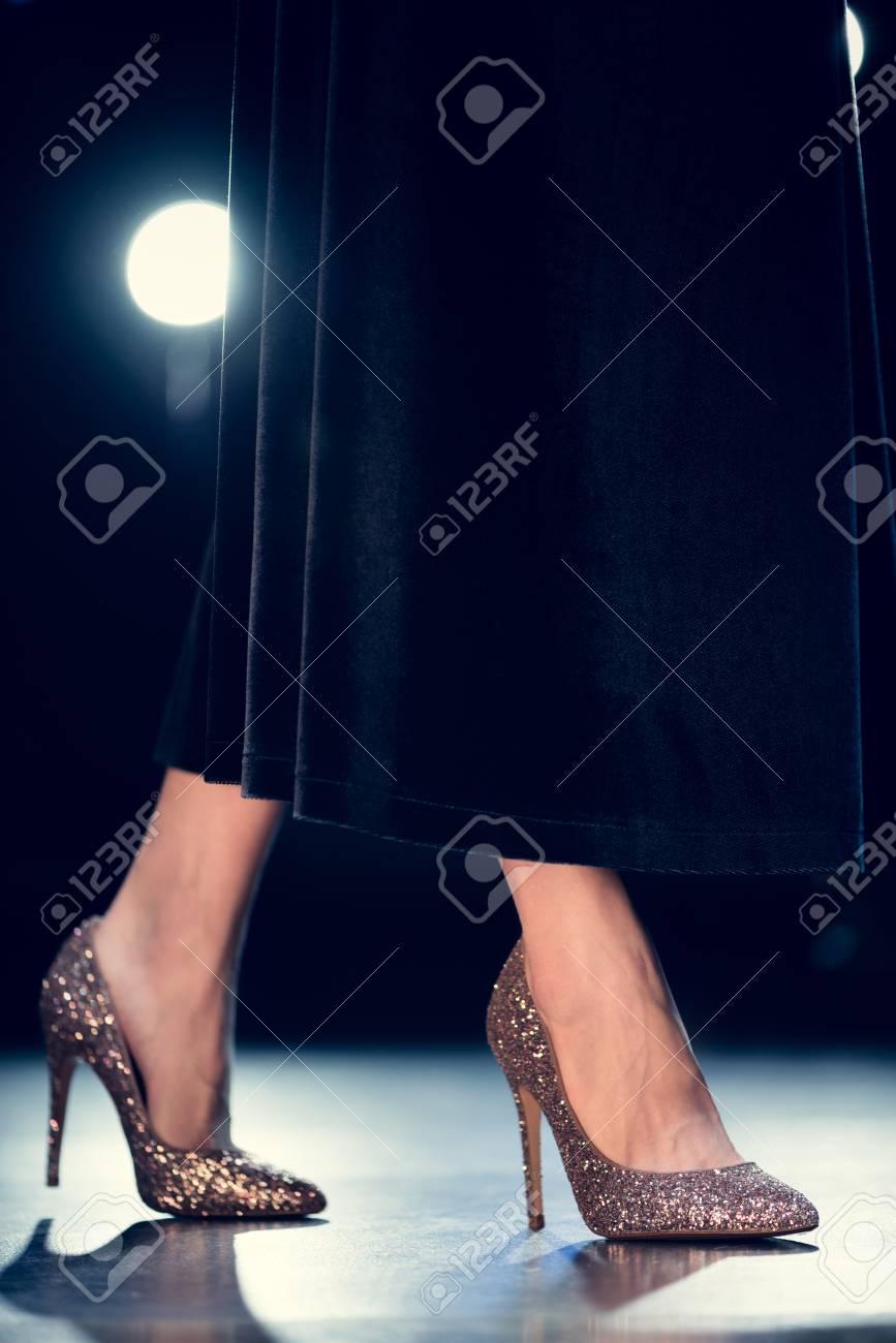 Elegante En Brillantes Y Tacones Baja Largo Vestido Negro Sección De Mujer Glamour Caminando Y9IWEHD2