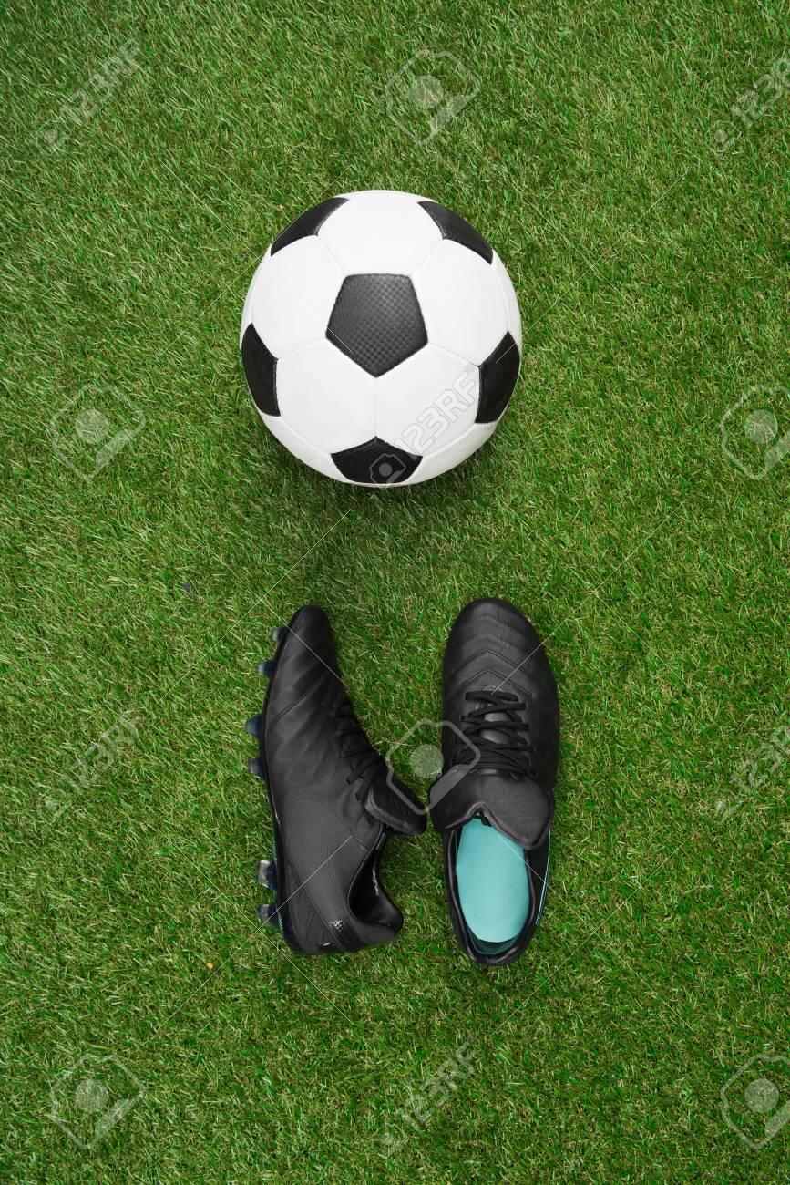 Fußball Mit Paar Sportschuhe Auf Gras Lizenzfreie Fotos