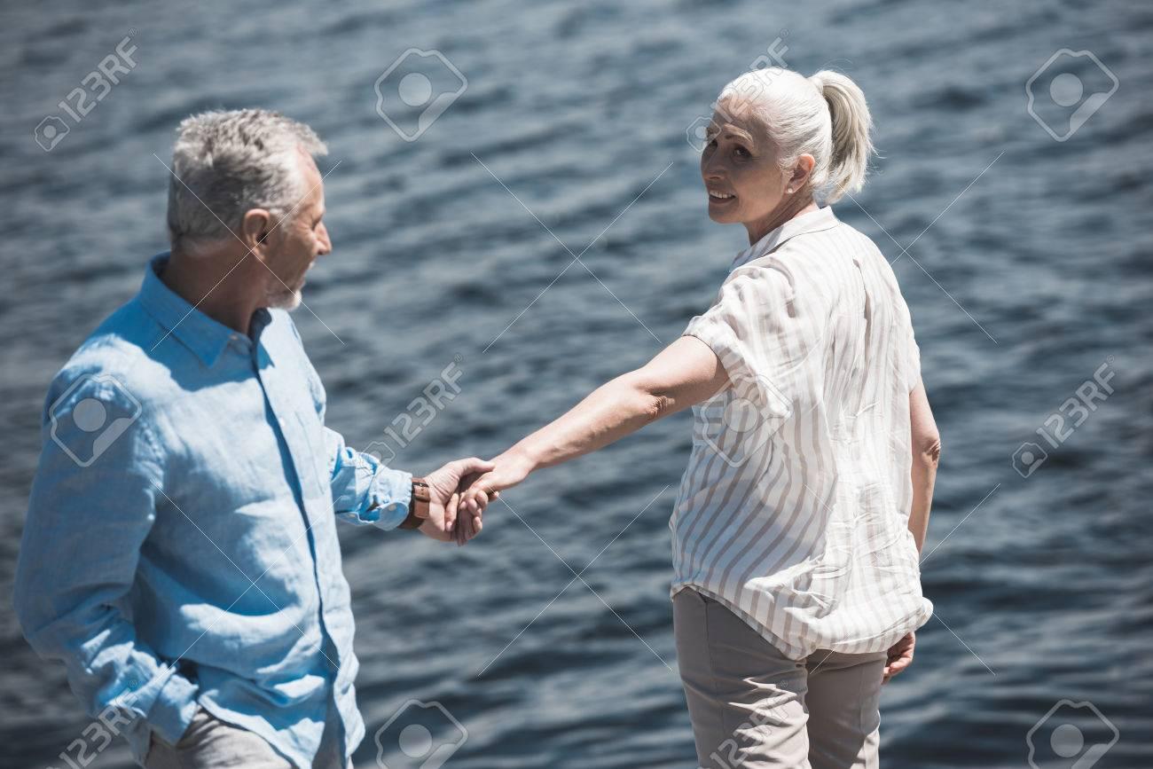 Pareja De Ancianos Tomados De La Mano En Riverside Durante El Día