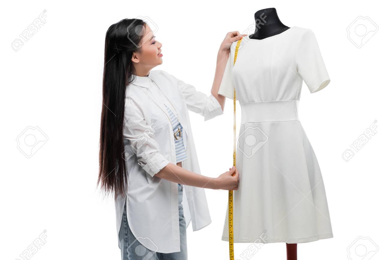 Joven Vestido Blanco Sonriente Elegante En Asiático Que Sastre Maniquí Mide El 35qj4LAR
