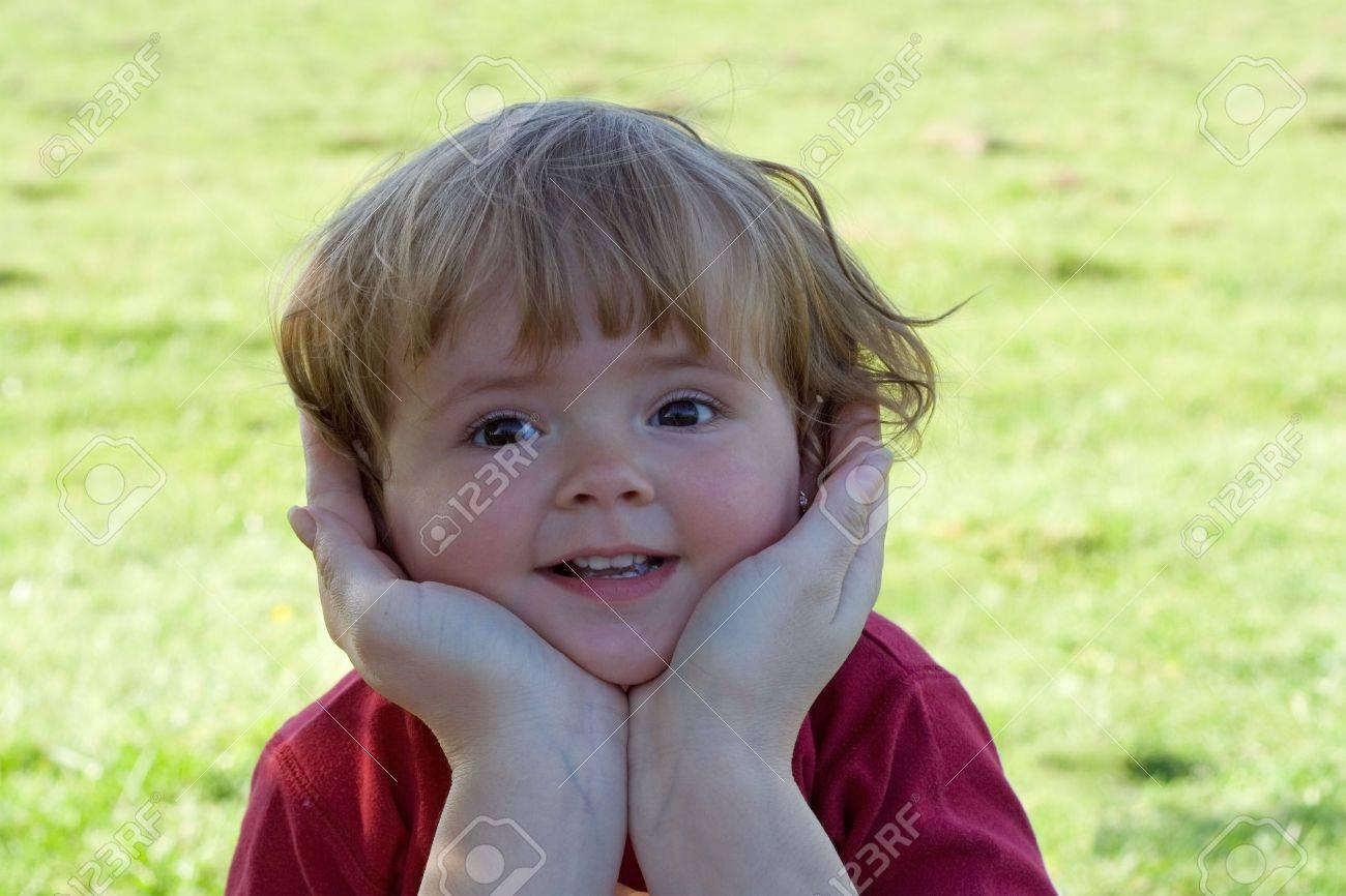 Niño protegido por las manos de la madre - concepto para la niñez, paternidad, childcare Foto de archivo - 928984