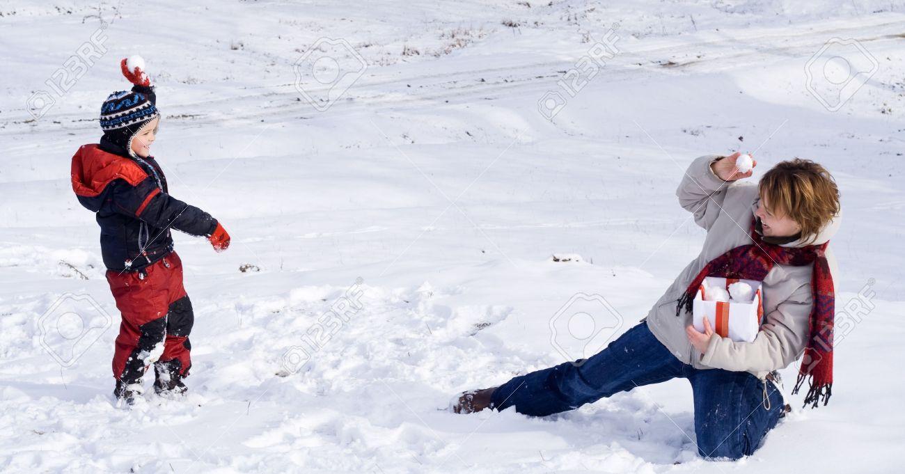 gente feliz jugando en la nieve del invierno foto de archivo