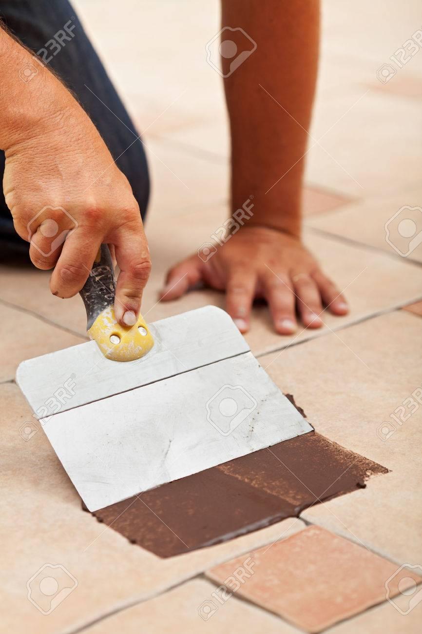 die anwendung der fugenmaterial auf keramikbodenfliesen