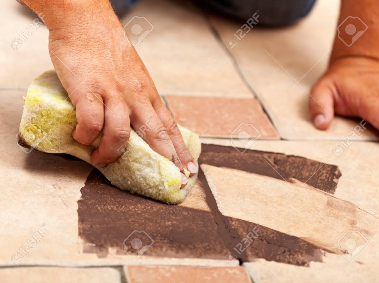 installieren von keramikfliesenboden - die prüfung der farb von