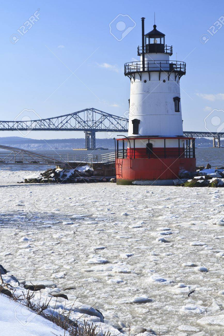 Sleepy Hollow lighthouse in front of the Tappan Zee Bridge on an icy Hudson River in New York. - 11545919