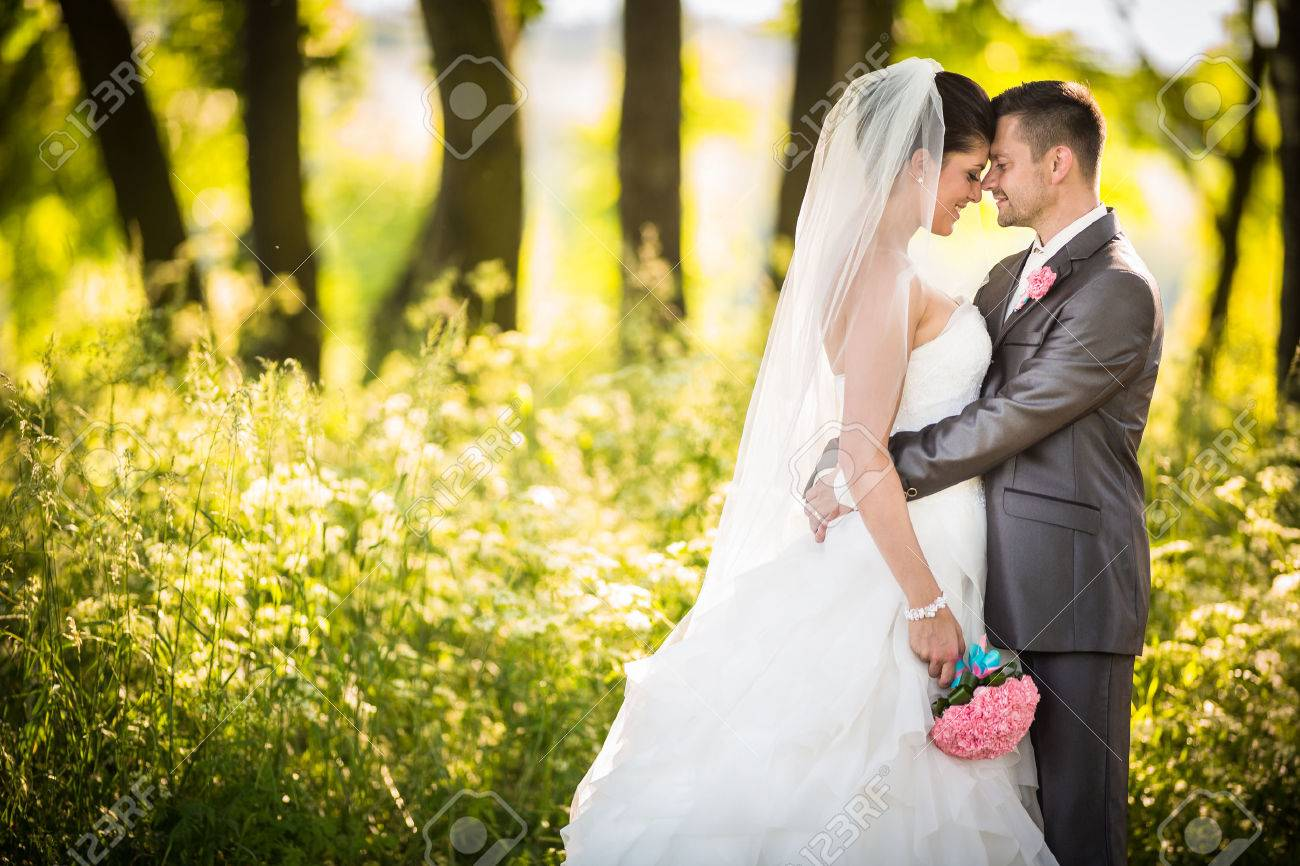 Portrait of a young wedding couple on their wedding day Standard-Bild - 37883030
