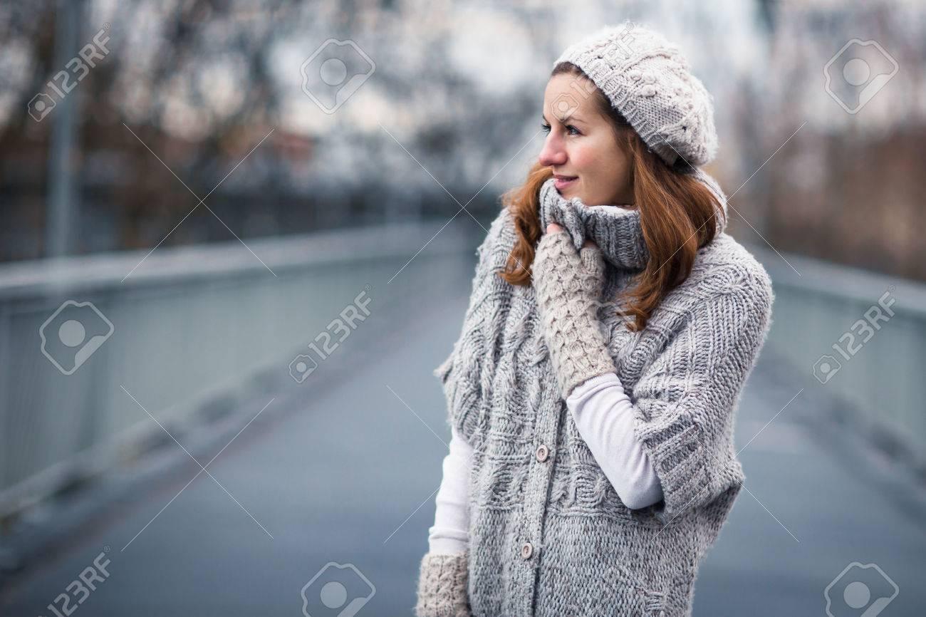 Een Warme Winter : Herfst winter portret: jonge vrouw gekleed in een warme wollen