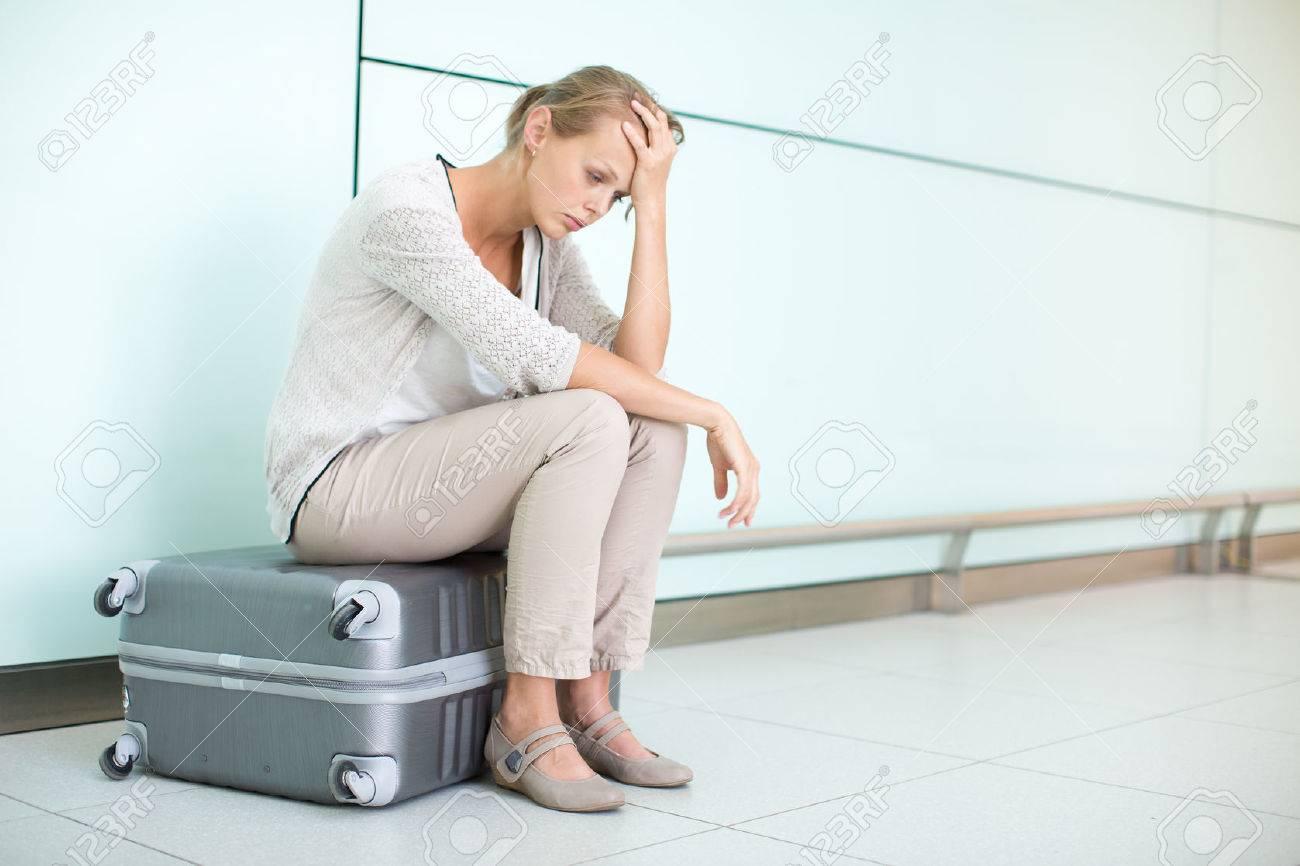 Jeune passager, femme frustrée à l'aéroport, attendant désespérément pour son vol retardé (d'image couleur tonique; shallow DOF) Banque d'images - 39041586