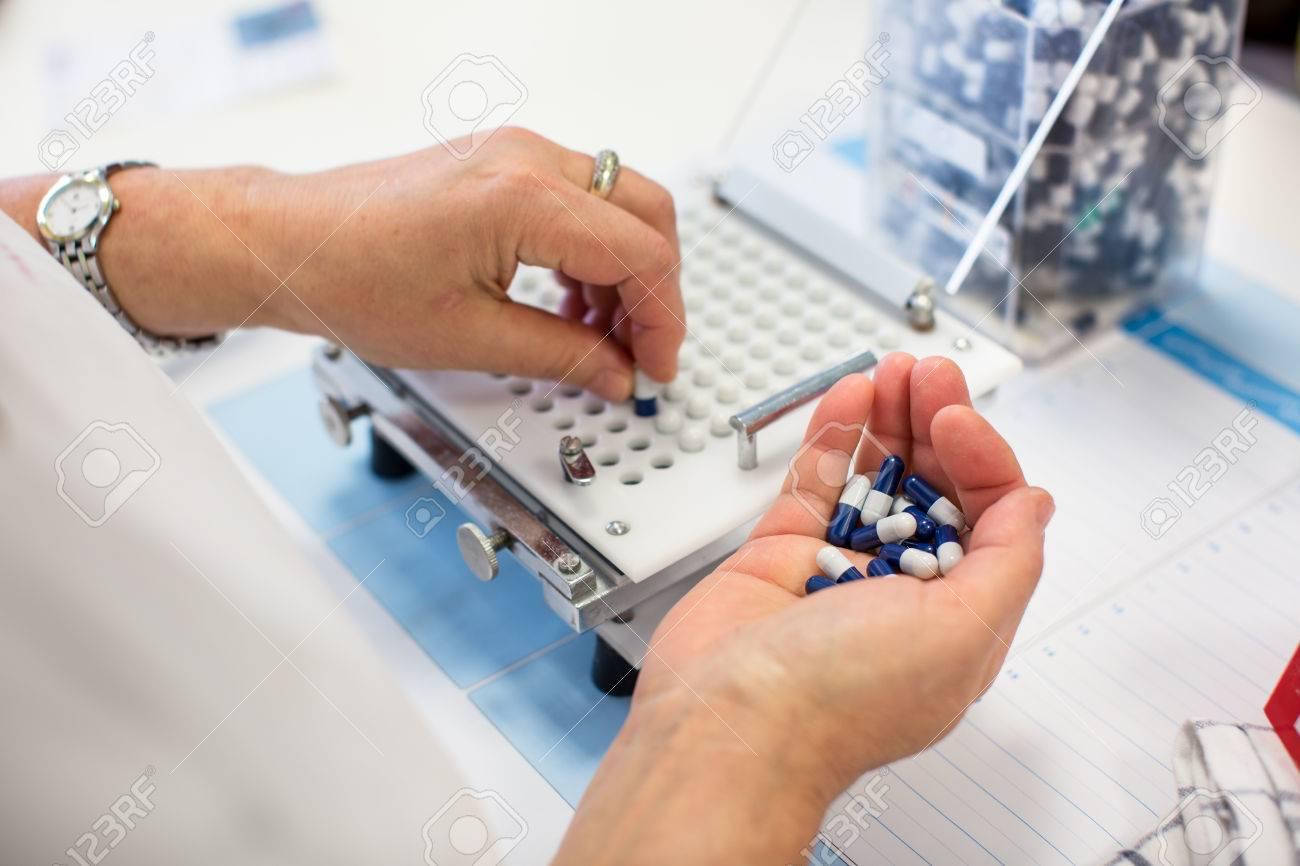 medical pills industry factory and production indoor, worker's hands handling pills Standard-Bild - 38423057