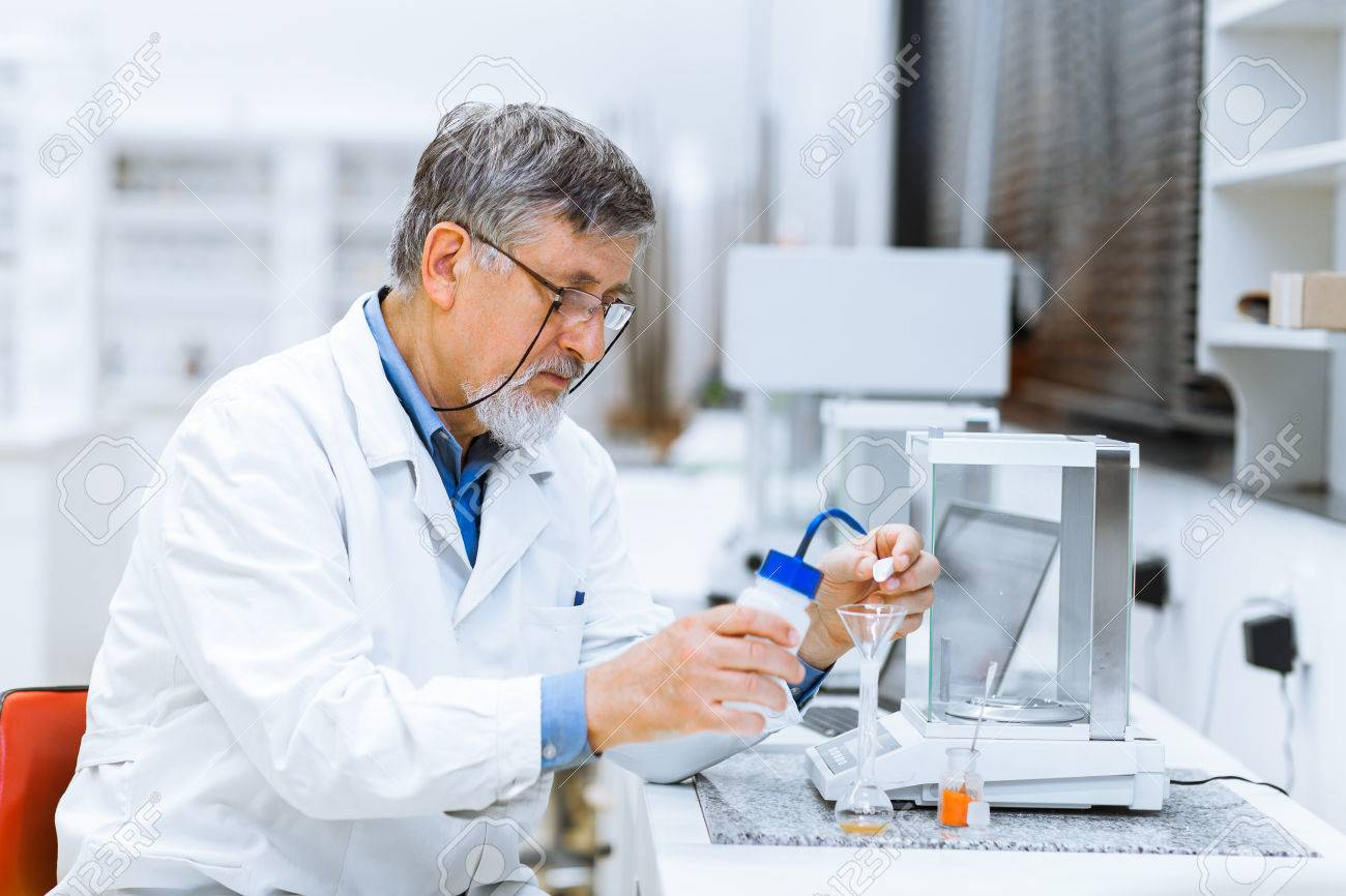 Senior male researcher carrying out scientific research in a lab (shallow DOF; color toned image) Standard-Bild - 39225993