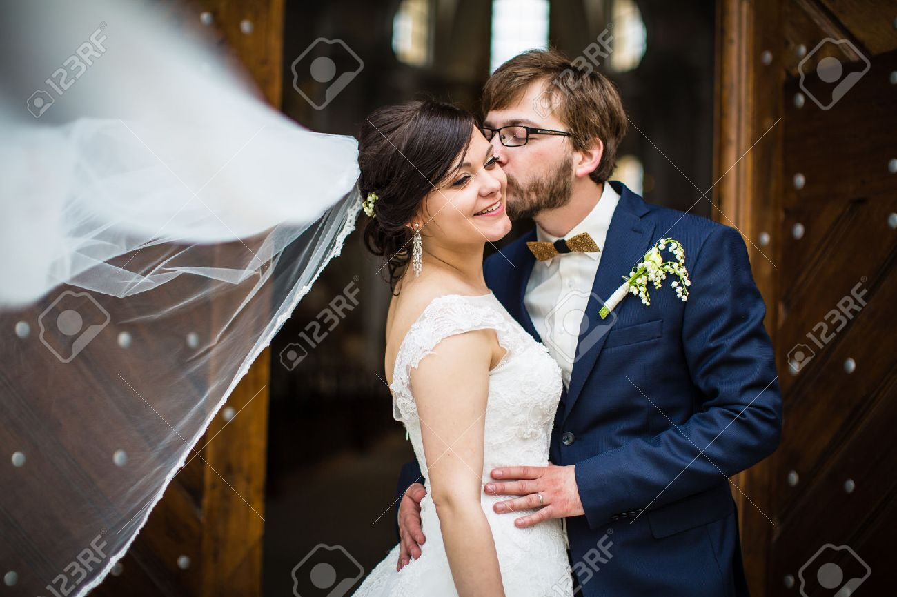 Portrait of a young wedding couple on their wedding day Standard-Bild - 41950144