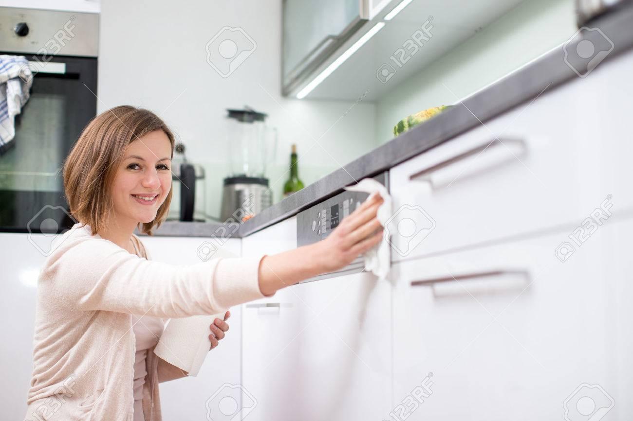 Jeune femme faisant le ménage, nettoyage de la cuisine Banque d'images - 45397378