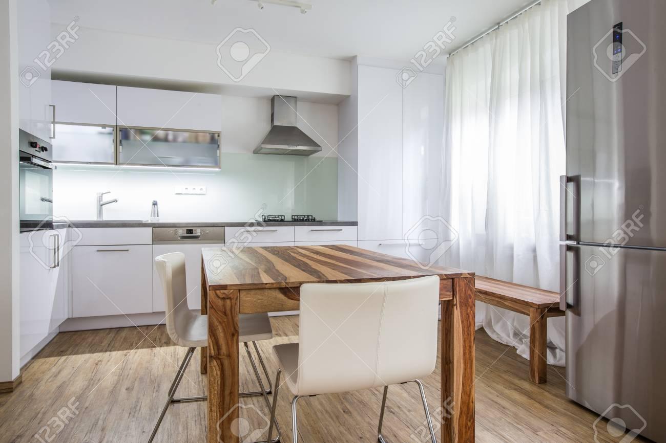 Cocina Diseño de Interiores Arquitectura Moderna Imagen de archivo - Foto  de una moderna cocina con zona de comedor, nevera, un montón de preciosa  luz ...