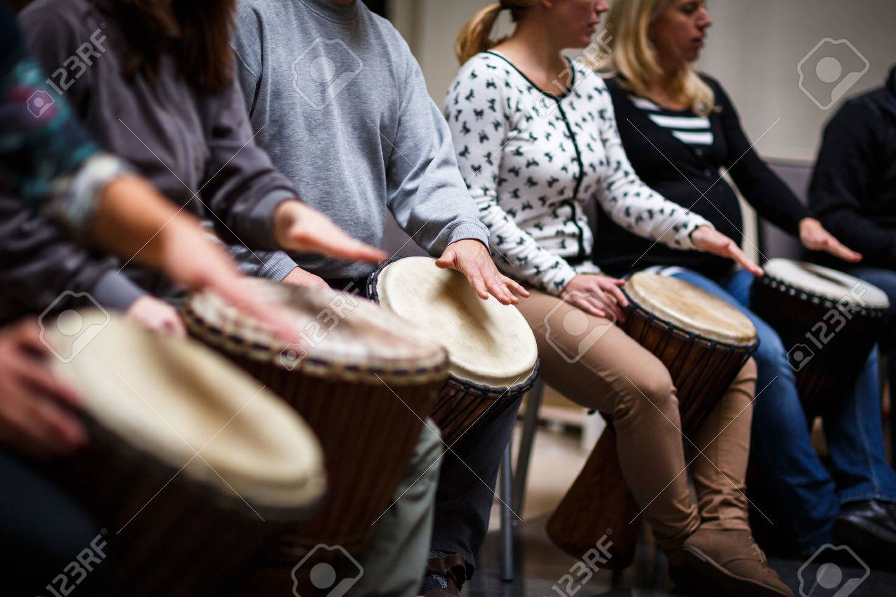 Group of people playing on drums - therapy by music Standard-Bild - 47887585