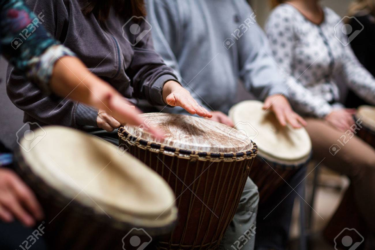 Group of people playing on drums - therapy by music Standard-Bild - 47529927