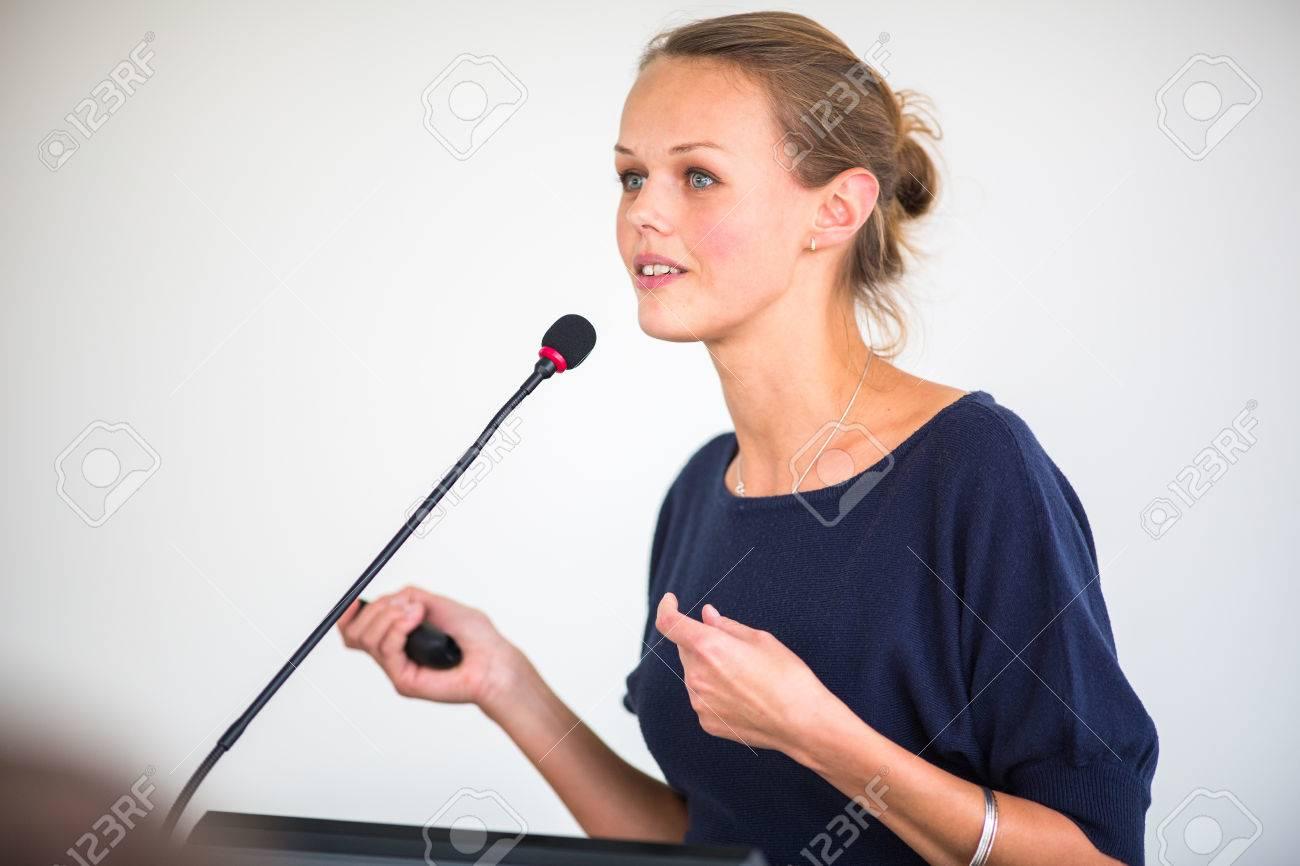 Jolie, jeune femme d'affaires donnant une présentation dans un / réglage de réunion de la conférence Banque d'images - 46135628