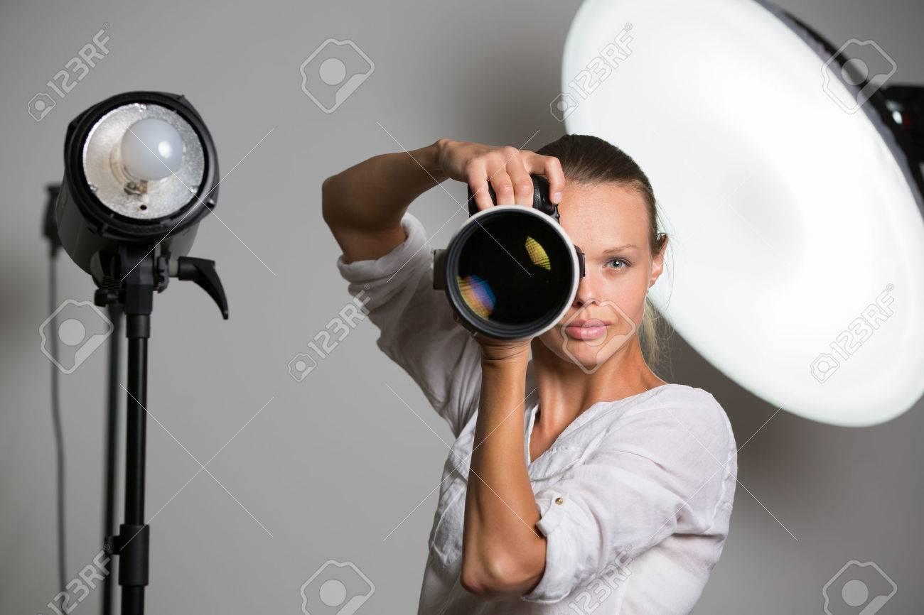 Jolie, femme photographe avec appareil photo numérique - DSLR et un énorme téléobjectif (image couleur tonique; shallow DOF) Banque d'images - 48151973