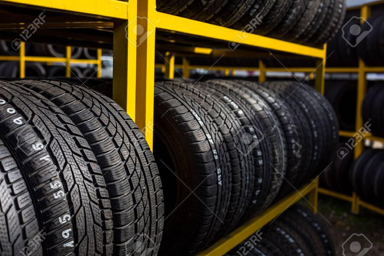 Pneus à vendre dans un magasin de pneus Banque d'images - 49271879
