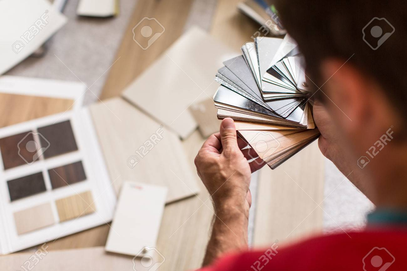 Man chosing the right flooring for his house/appartement Standard-Bild - 50111567