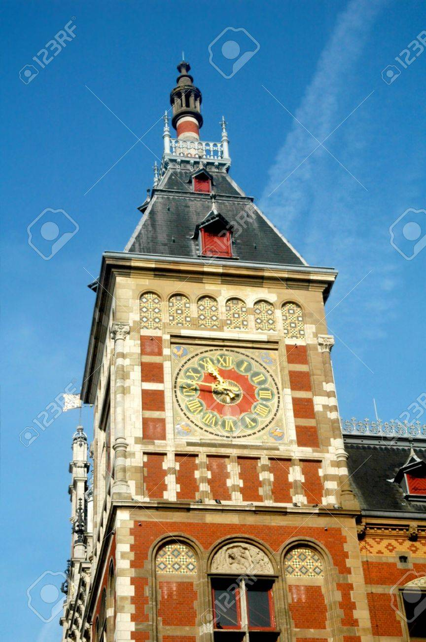 torre del reloj en la estacin central de amsterdam holanda foto de archivo
