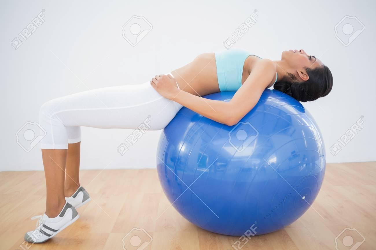 concentré tonique femme de formation sur ballon de fitness dans la