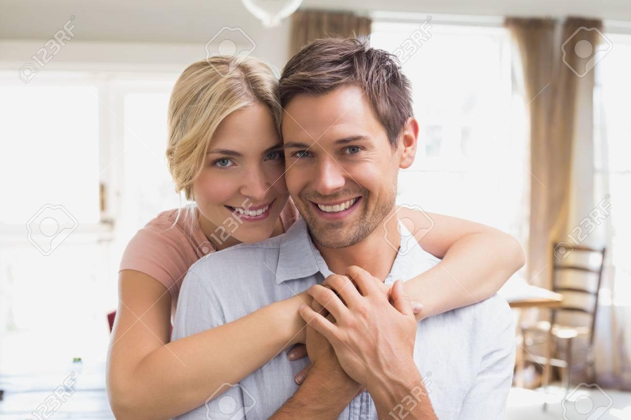 Umarmt mann frau Hübsche Frau