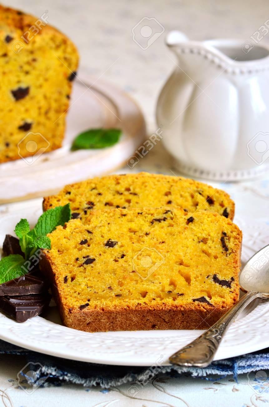Karotte Und Orange Kuchen Mit Schokolade Auf Einer Weissen Platte