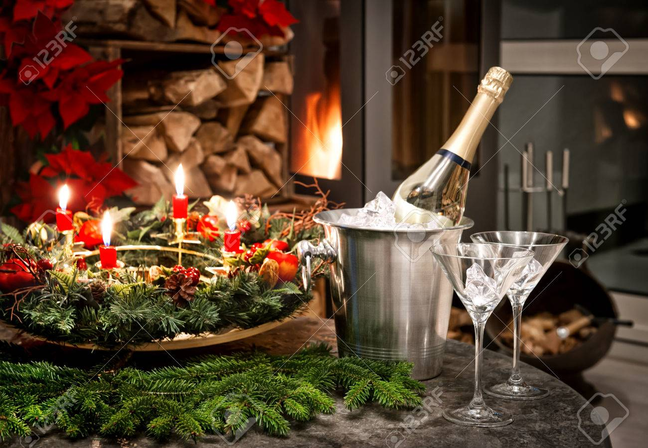 Festliche Home Interior Dekoration Fur Weihnachten Und Silvester Mit Einer Flasche Champagner Und Kamin Candlelight Dinner Lizenzfreie Fotos Bilder Und Stock Fotografie Image 24251406