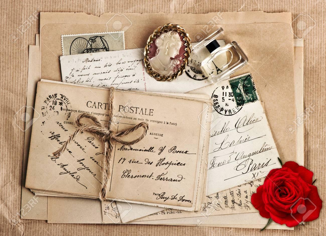 Stari romantični dnevnici,pisma,albumi,knjige - Page 9 29758577-old-french-post-cards-nostalgic-accessories-and-rose-flower-vintage-sentimental-background-Valentine-Stock-Photo