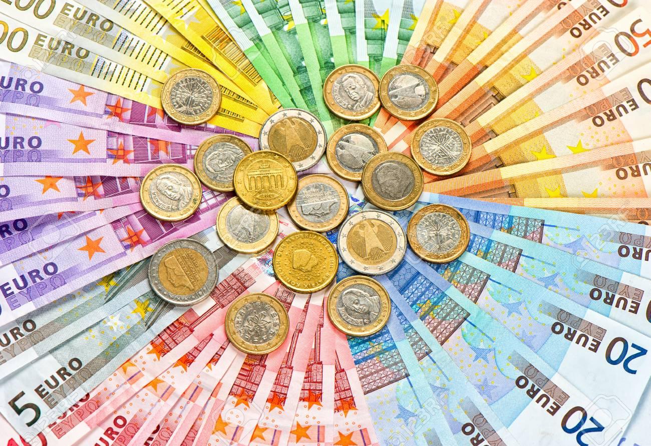 ユーロの硬貨や紙幣のカラフルなお金の背景のクローズ アップ の写真素材・画像素材 Image 29993238.