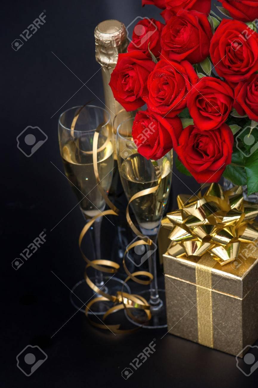 Roses Rouges Cadeau Dor Et Et Champagne Sur Fond Noir Arrangement Festif Fleur Focus Sélective