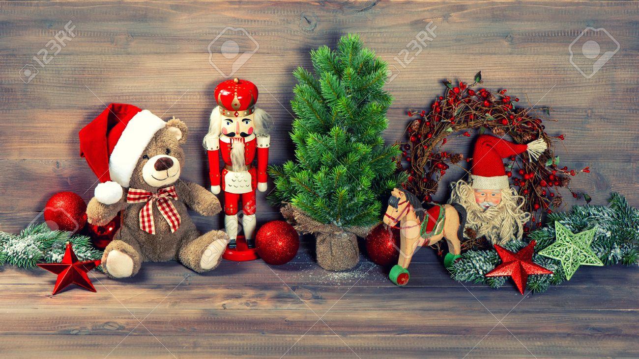 Antiche Immagini Di Natale.Decorazioni Di Natale Con I Giocattoli Antichi Orsacchiotto E Schiaccianoci Immagine Stile Retro Tonica
