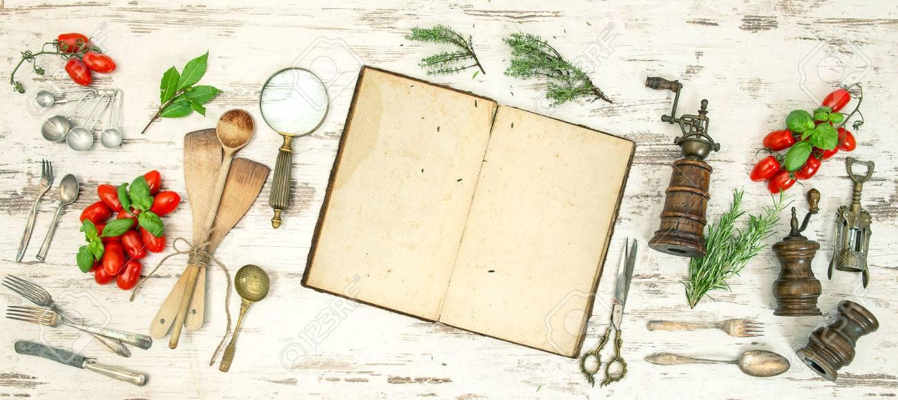 Immagini Stock - Utensili Da Cucina D\'epoca Con I Vecchi Libri Di ...