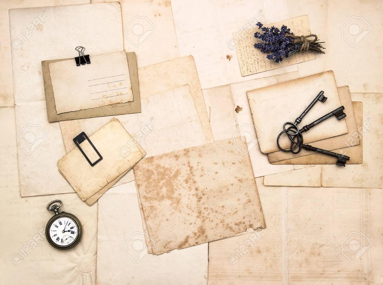Alte Briefe Und Fotos, Vintage-Accessoires, Schlüssel, Uhr, Blumen ...
