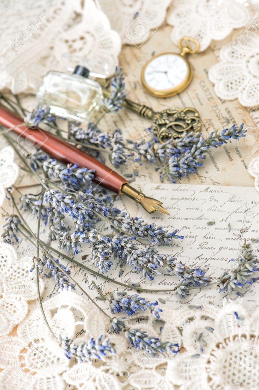 Stari romantični dnevnici,pisma,albumi,knjige - Page 9 31334170-pluma-de-la-vendimia-tinta-llave-perfume-reloj-de-bolsillo-flores-de-lavanda-y-viejas-cartas-de-amor-Foto-de-archivo