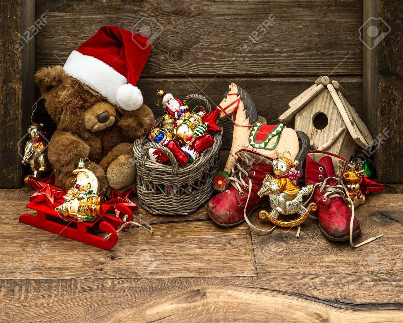 Antiche Immagini Di Natale.Immagini Stock Stile Retro Decorazioni Di Natale Con I Giocattoli Antichi Su Sfondo In Legno Vintage Immagine Nostalgica Image 31909706