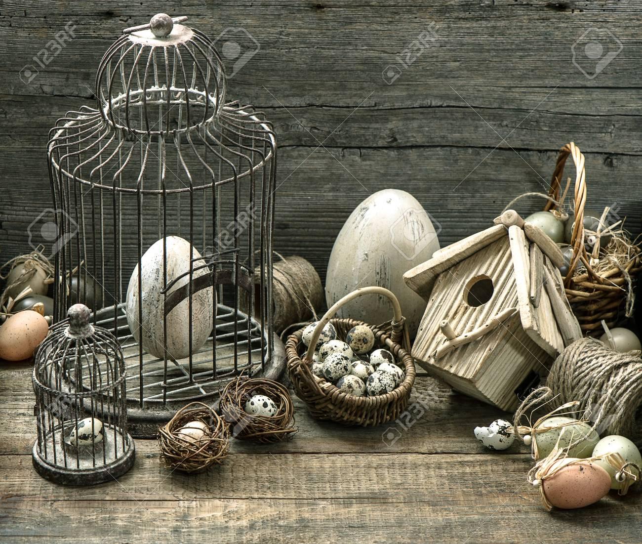 Banque Du0027images   Décoration De Pâques Vintage Avec Des Oeufs, Volière Et  Cage à Oiseaux. Intérieur De La Maison De La Vie Nostalgique Encore. Fond  En Bois