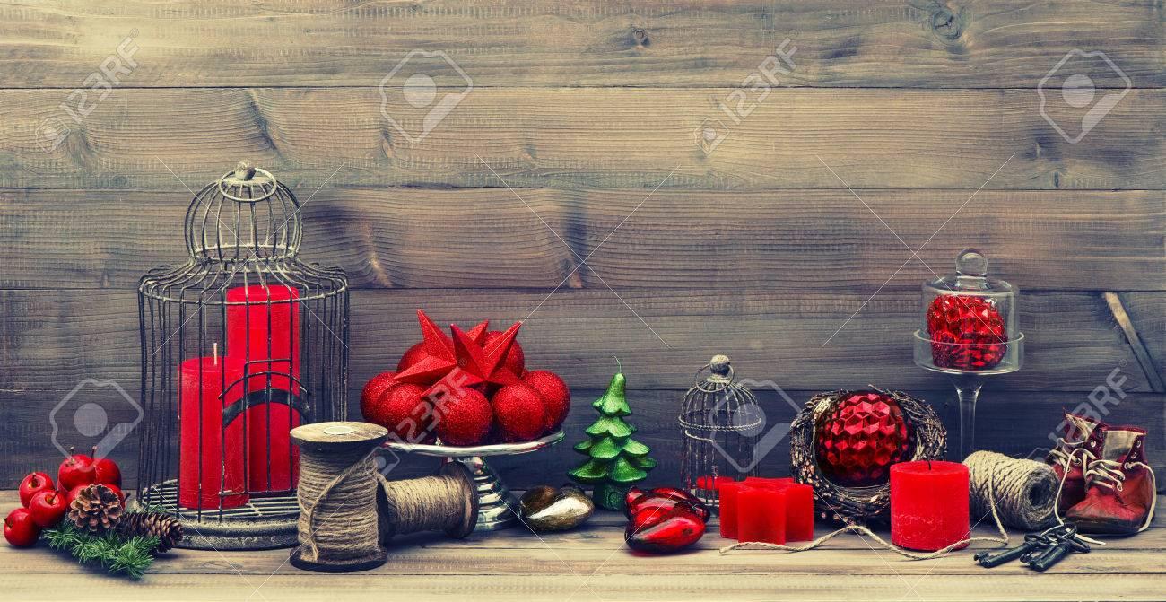 Vintage Weihnachtsschmuck Mit Roten Kerzen, Antike Babyschuhe ...
