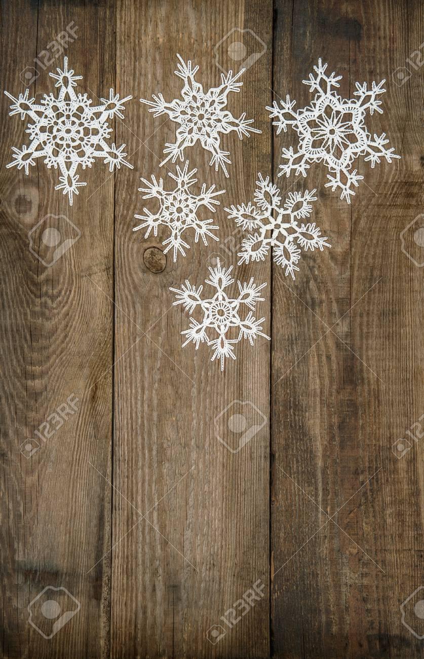 Copos De Nieve Blancas Sobre Fondo De Madera Rústica Decoración Navideña