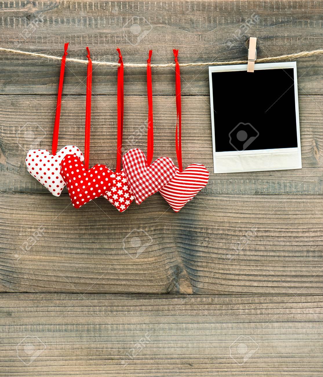 Rote Herzen Und Vintage-Fotorahmen. Handgemachte Valentinstag ...