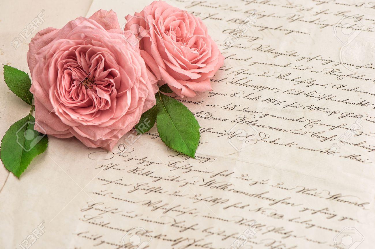 Immagini Stock Fiori Rosa è Aumentato Sopra Antico Lettera Scritta