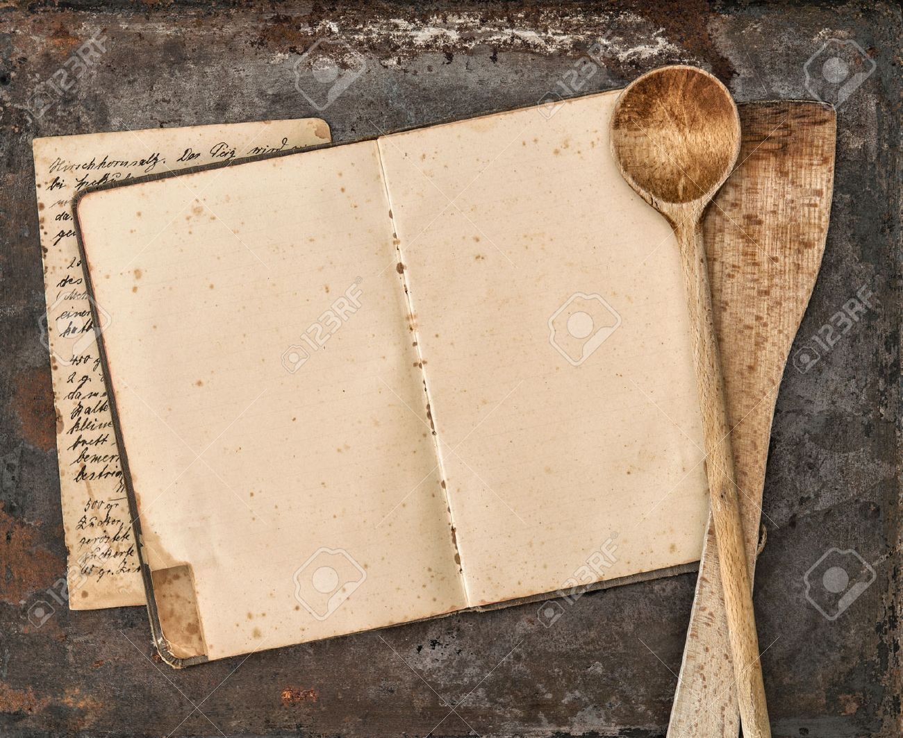 Vintage Handwritten Recipe Book And Old Kitchen Utensils On Rustic  # Cuisine Vintage Bois Metal