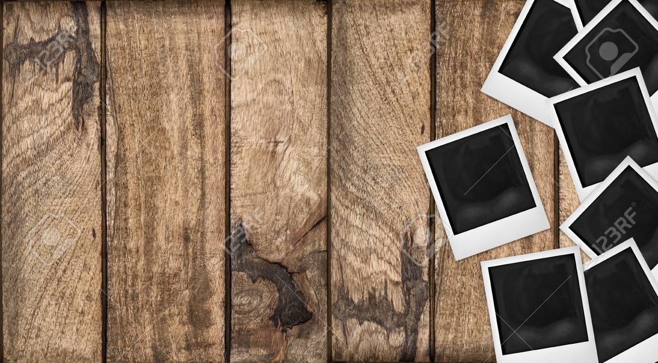 Polaroid Bilderrahmen Auf Hölzernen Hintergrund. Holztisch Textur ...
